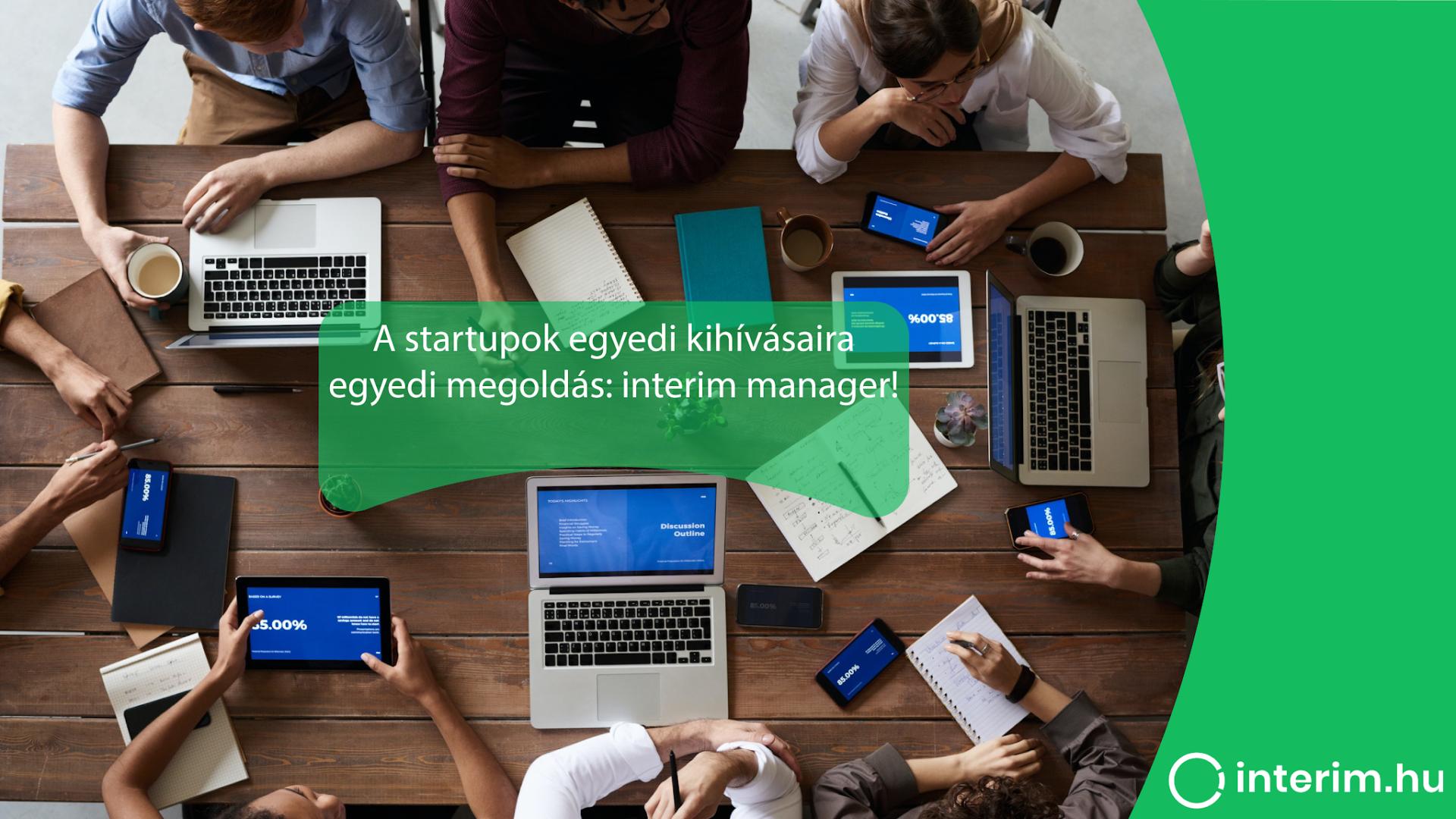 fiatalok felülnézetben dolgoznak és ötletelnek laptopok tabletek jegyzetek és kávé mellett