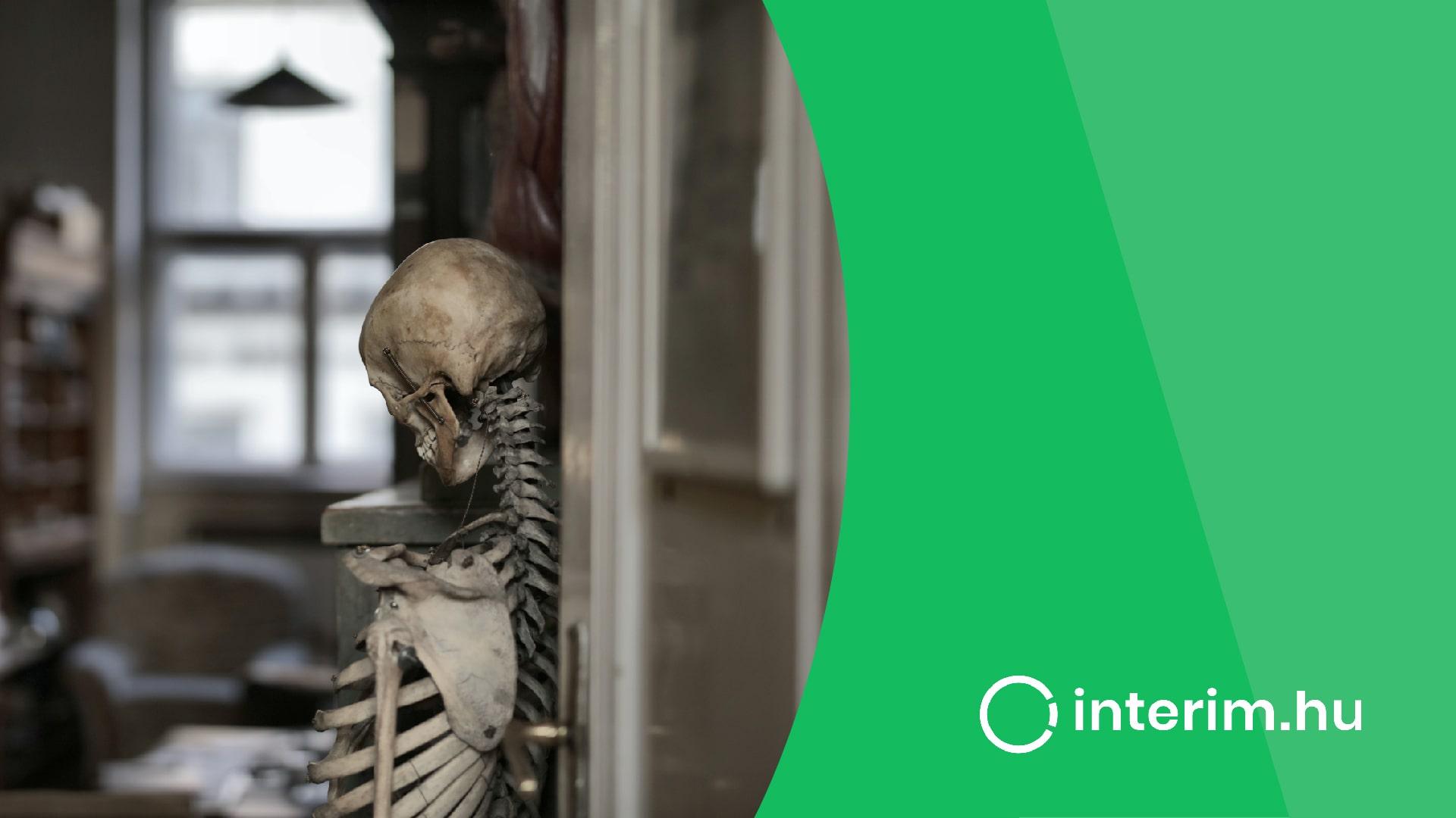 csontvaz hattal egy ajtoban